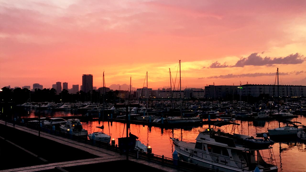 夕焼けに赤く染まるヨットハーバー